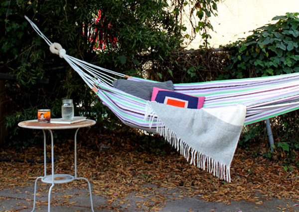 diy easy fabric hammock- DIYscoop.com