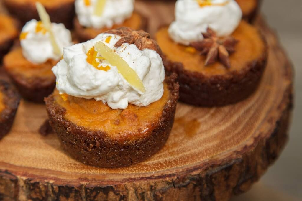 featured-friendsgiving-mini-gingersnap-pumpkin-pie-platter-close-up-1-1024x682