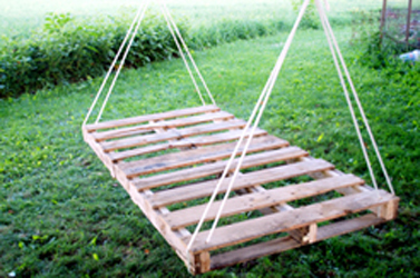 Hanging Pallet Bed Or Lounger DIY Scoop