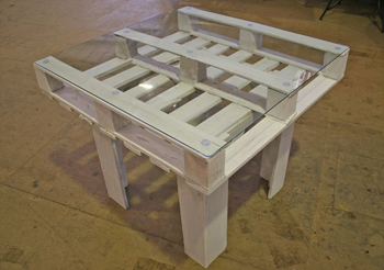diy pallet table- DIYscoop.com