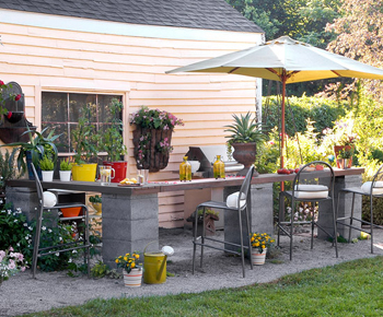 outdoor bar and table with cinder blocks- DIYscoop.com