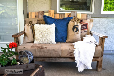 DIY wood pallet sofa- DIYscoop.com